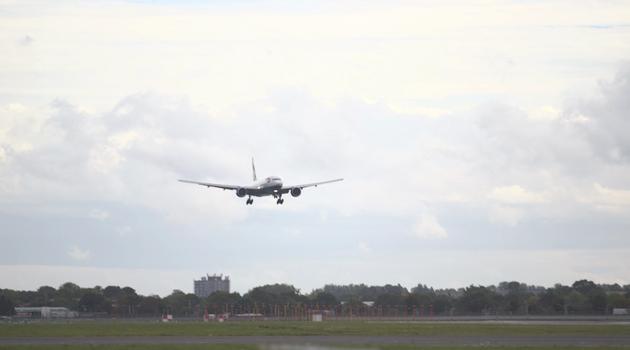 Boeing 777 landing at Heathrow